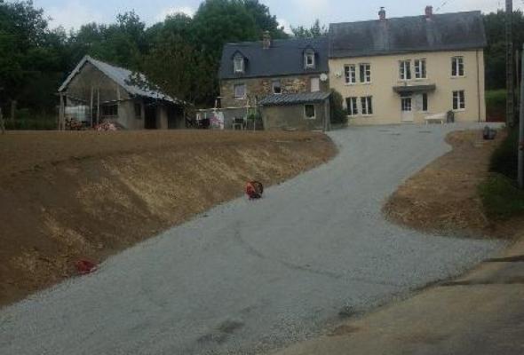 Création d'un accès et cour, empierrement, talutage et nivellement de pelouse