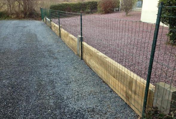 Pose de traverse et clôture pour retenu entre deux cour au niveau différent